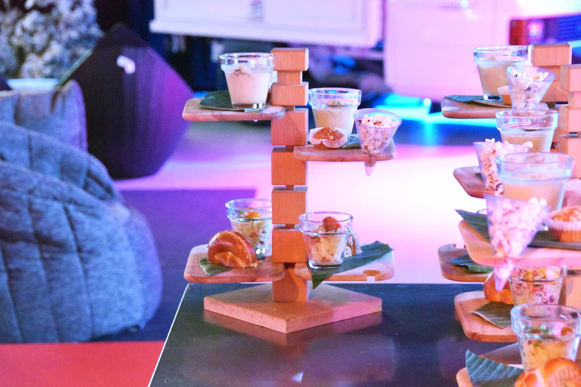 lounge-kino_menu-auf-etageren